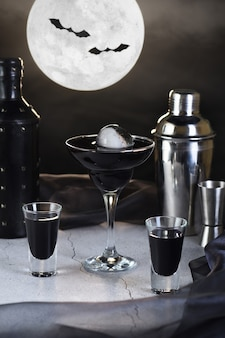 Blueberry martini é um full moon tini em um copo. ideia de coquetel de halloween