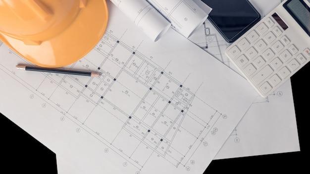 Blueprint com elementos de capacete de segurança e arquiteto