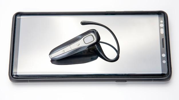 Bluetooth fechar com um telefone celular. tecnologia digital de dispositivos móveis