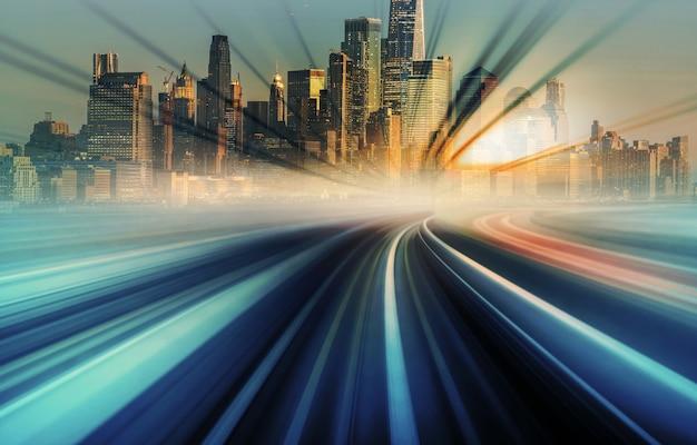 Blur motion movendo-se do monotrilho de trem do japão em direção à paisagem urbana de nova york com raio do pôr do sol