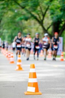 Blurr grupo de corredores de maratona em execução