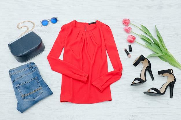 Blusa vermelha, sapatos, jeans, bolsa e tulipas cor de rosa