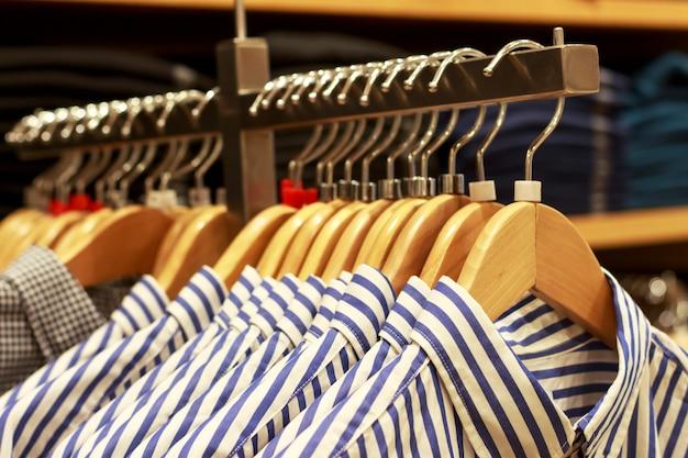 Blusas em um cabide na boutique de roupas femininas