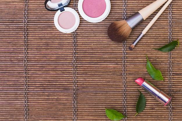 Blusher; batom e maquiagem escovas no placemat