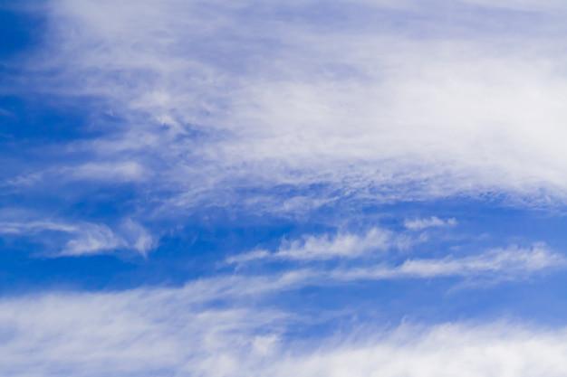 Blye céu com nuvens brancas macias