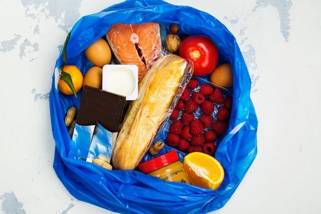 Boa comida no saco de lixo