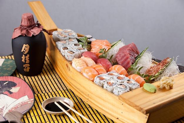 Boa de sushi na superfície cinza
