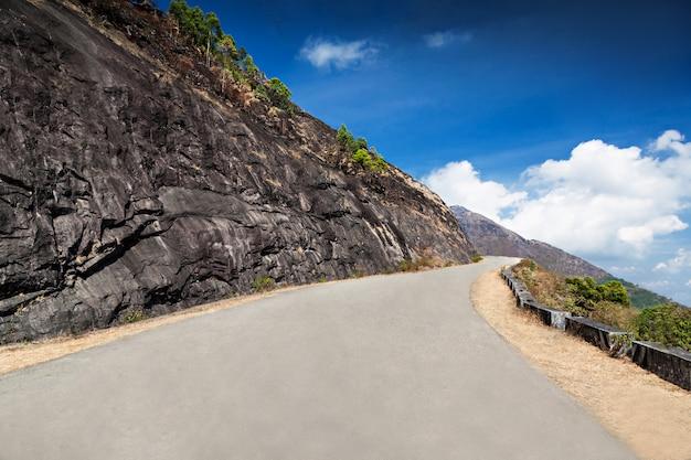 Boa estrada nas montanhas