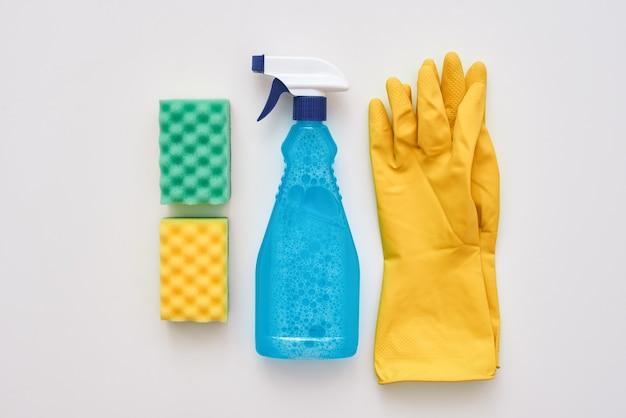 Boa garrafa de spray de limpeza e outros itens isolados