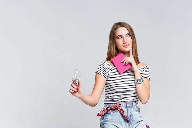 Boa ideia para o fim de semana mulher vestindo estilo casual com estojo violeta