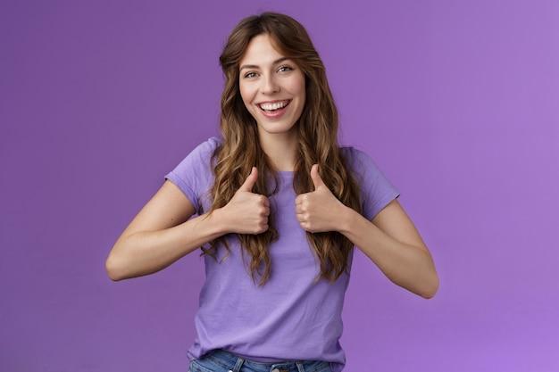 Boa ideia, vamos fazer isso. garota feminina alegre e otimista recomenda um bom produto para a pele profissional elegante como novo penteado mostrar polegar para cima sinal concordar aprovando bom trabalho encorajar bem feito