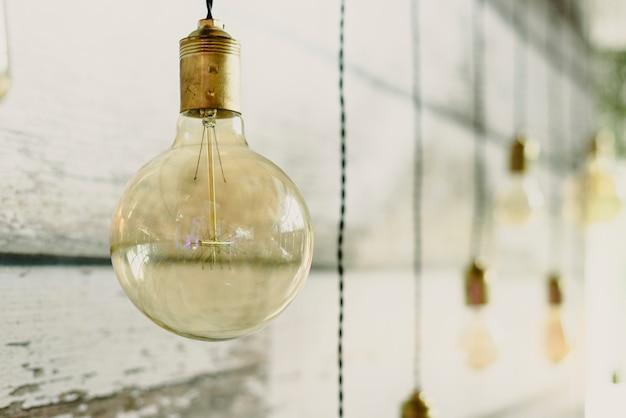 Boa lâmpada redonda e transparente para decorar uma sala de estar.