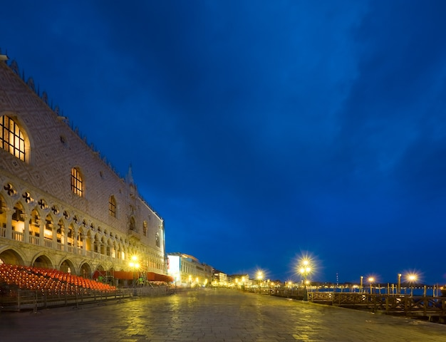 Boa noite aterro da piazza san marco e vista do palácio ducal (veneza, itália). tiro longo - todas as pessoas e logotipo irreconhecível.