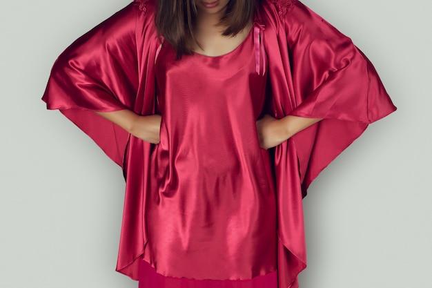 Boa noite mulheres vestindo camisola vermelha com mangas compridas e robe de cetim