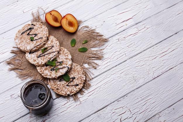 Boa nutrição. bolinhos de arroz com mel, hortelã e pêssegos