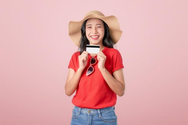 Boa pele asiática linda mulher segurando o pagamento com cartão de crédito