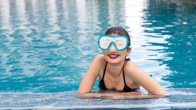 Boas férias na piscina de água com óculos de mergulho