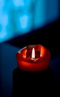 Boas festas cartão pano de fundo e conceito de temporada de inverno vela vermelha nas férias no escuro backgrou ...