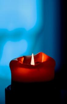 Boas festas cartão pano de fundo e conceito de temporada de inverno vermelho feriado vela no escuro backgrou ...