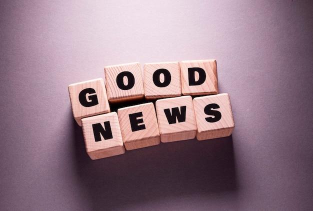 Boas notícias, palavras escritas em cubos de madeira