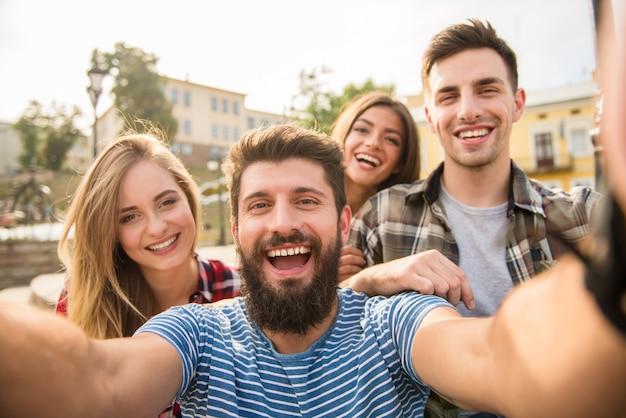 Boas pessoas tomam uma selfie na rua.