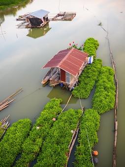 Boathouse no rio com jangada flutuante