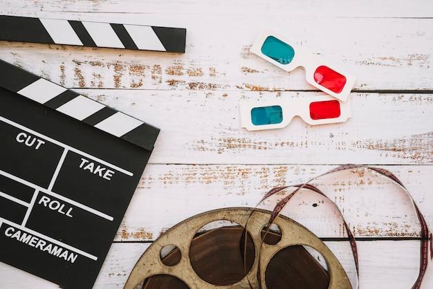 Bobina de cinema com claquete e óculos 3d