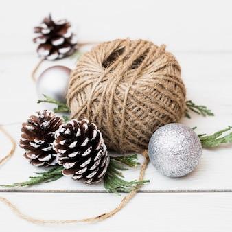 Bobina de corda de juta entre as decorações de natal