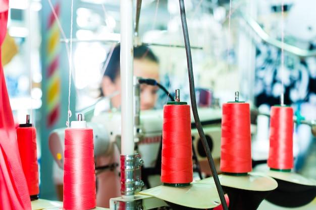 Bobinas de algodão em uma fábrica têxtil