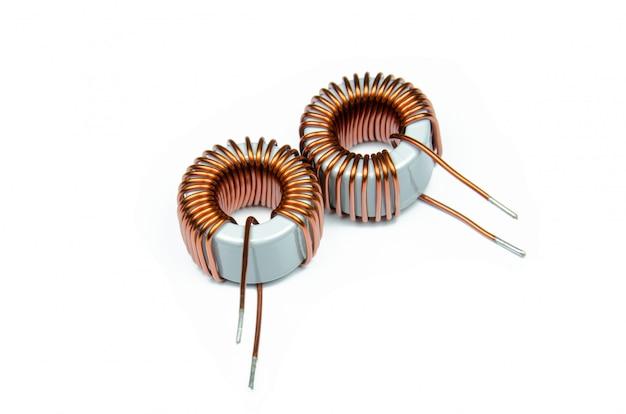 Bobinas de cobre indutor isoladas no fundo branco