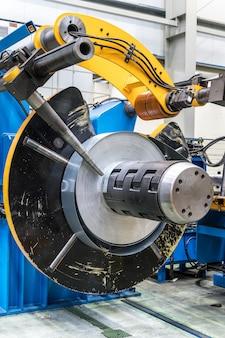 Bobinas industriais de chapa metálica conectadas à máquina perfiladeira de chapa metálica