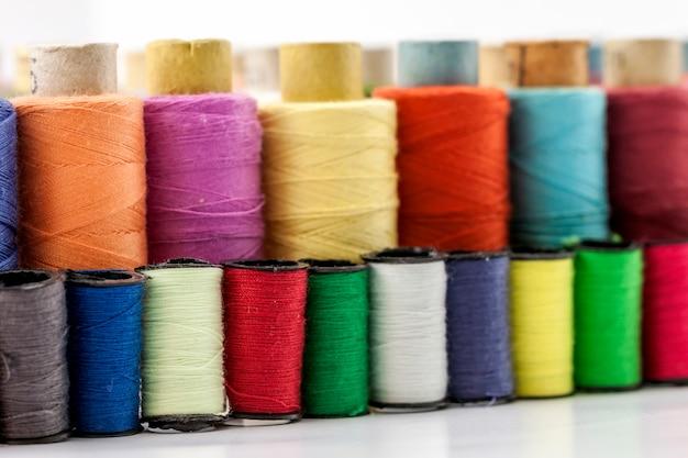 Bobinas ou carretéis de linhas de costura multicoloridas.