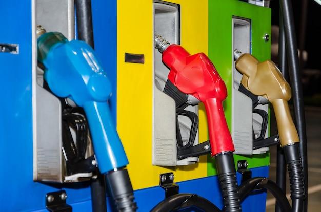 Bocal de óleo combustível de três cores durante a noite