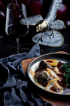 Bochechas de vitela cozidas em vinho tinto, servidas com purê de batatas. para o menu.