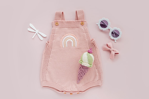 Body de malha rosa com sorvete de brinquedo e óculos escuros. conjunto de roupas de bebê e acessórios para o verão. recém-nascido da moda. camada plana, vista superior