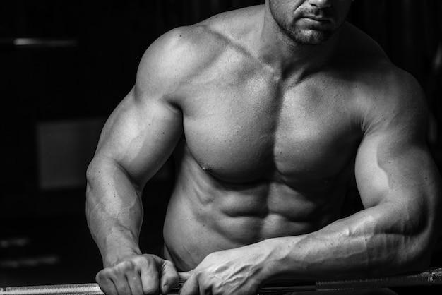 Bodybuilder, close-up foto em preto e branco