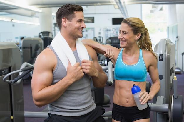 Bodybuilding homem e mulher conversando juntos