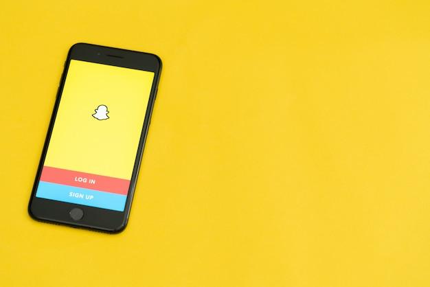 Bogotá, colômbia, setembro de 2019, logotipo do snapchat no telefone com o logotipo na parte inferior, snapchat app.