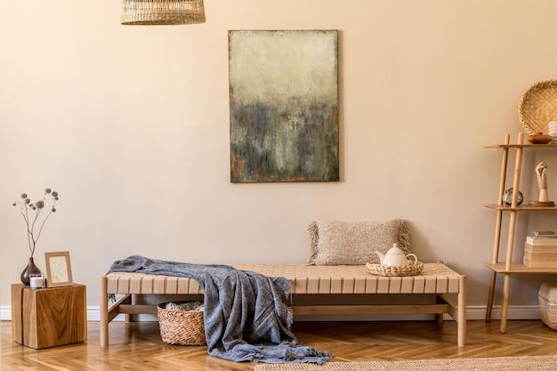Boho composição de sala de estar com design chaise longue, almofadas, cestas, pintura, decorações naturais de rattan e elegantes acessórios pessoais. concepção oriental de decoração aconchegante.