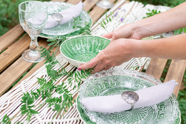 Boho estilo recepção de casamento mesa de jantar com toalha de mesa de macramê, decoração em uma mesa de madeira rústica