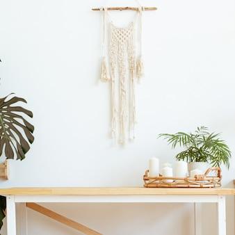 Boho vintage com flores secas no fundo da parede branca. parede de design de interiores de estilo de vida. composição bege de natureza morta