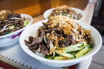 Boi Vietnamita Bo Nam Bo carne de porco com macarrão