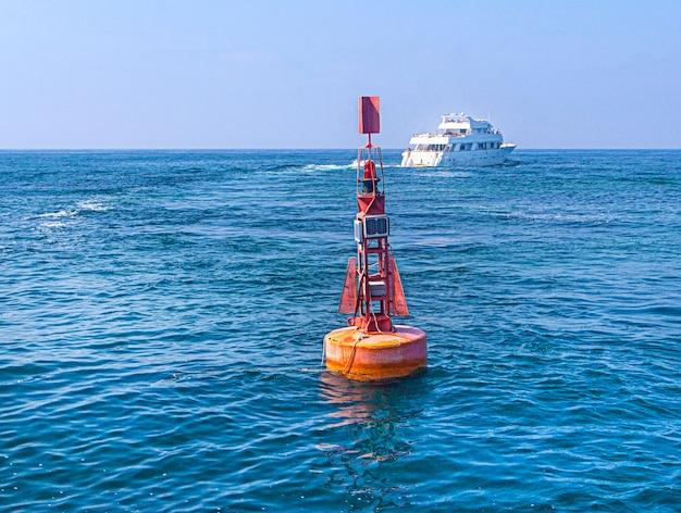 Bóia de navegação vermelha no mar mediterrâneo