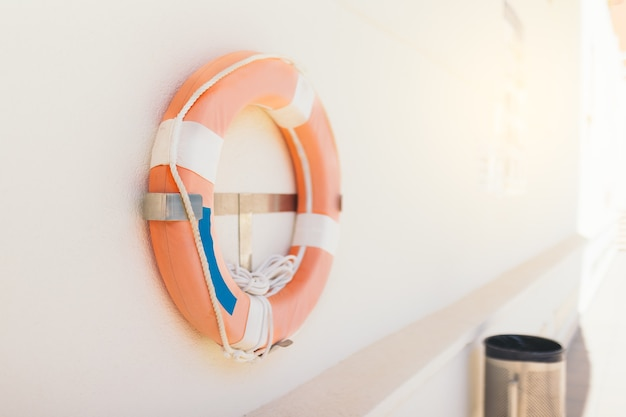 Bóia de resgate colocada em uma parede