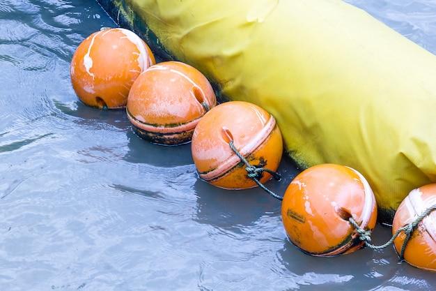Bóia laranja usada sob a forma de água feita de plástico especial que é forte e durável