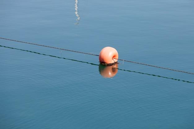 Bóia redonda vermelha no mar