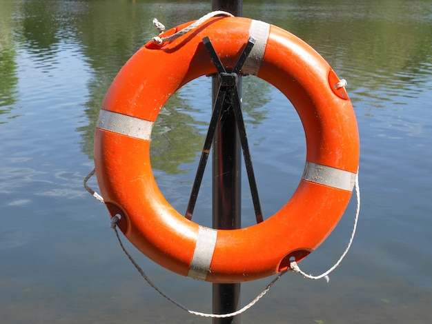 Boia salva-vidas ao lado da água
