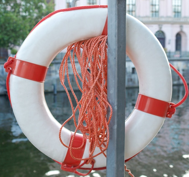 Bóia salva-vidas junto ao rio
