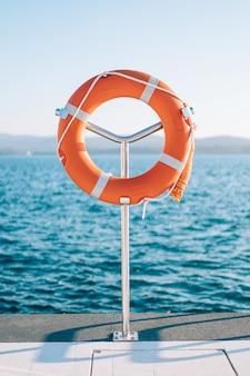 Boia salva-vidas na marina para iates círculo vermelho na doca