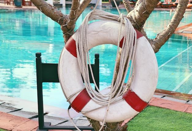 Bóias de vida à beira da piscina